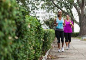 Dos mujeres caminando en el parque. (Imagen)