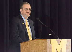 Presidente de Universidad de Michigan Mark Schlissel habla de la importancia de diversidad en UM en una reunión con líderes estudiantiles y académicos. (Photo de Daryl Marshke, Michigan Photography)
