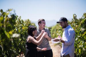 Los estudiantes Alim Leung, Chris Curtis y Andres Espinoza prueban uvas de distintas cepas durante un tur de MontGras Vinery en el Valle Colchagua como parte de un curso práctico de la Ross Business School de UM.
