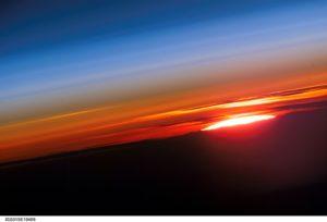 El perfil de la atmósfera y un sol poniente  ofrecen en esta imagen fotografiada por un miembro de la tripulación Expedición 15 de la Estación Espacial Internacional. Crédito de la imagen: NASA