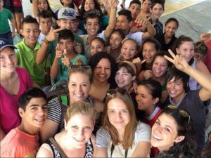 Estudiantes U-M en Brasil trabajan con la comunidad para mejorar la favela donde viven.