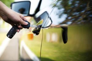 Si cada piloto estadounidense comprara un vehículo que obtiene 31 mpg en lugar del promedio actual de 21,4 millas por galón, las emisiones totales disminuirían en un 5%.