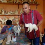 En su estudio de San Martín Tilcajete, David Hernández Santiago explica la técnica del Alebrije. Crédito de imagen: Mona McKinstry.