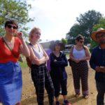Carolyn Gennari, Mia Massimino, la profesora Holly Hughes, Jocelyn Aptowitz, y Luis, guía del grupo, durante una visita al sitio arqueológico Monte Albán. Crédito de imagen: Mona McKinstry.