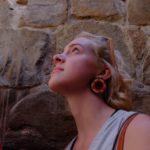 Mia Massimino observa los petroglifos rupestres de Monte Albán. Crédito de imagen: Mona McKinstry.