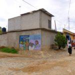 Un mural en Santa Ana Zegache en Oaxaca llama a una asamblea para abogar por los derechos de propiedad de la población nativa. Crédito de imagen: Mona McKinstry.