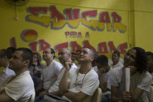 Prisioneros de una cárcel masculina de Río de Janeiro, Brasil, asisten a una actuación de la profesora de la U-M Ashley Lucas. Foto: Levi Stroud