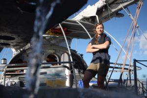 Bióloga Melissa Duhaime a bordo del Tara durante la expedición para recolectar virus en el 2011. Crédito de imagen: Anna Deniaud