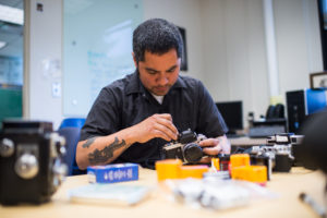 Jason DeLeon en su laboratorio. Crédito de foto: Austin Thomason, Michigan Photography.