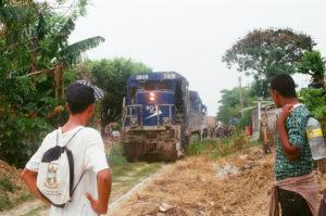 Migrantes esperan su oportunidad para subirse al tren en Chiapas, México, cerca de la frontera con Guatemala.Crédito de imagen: Jason De León