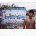 Hombre posa para la cámara en Chiapas, México. Crédito de imagen: Jason De León