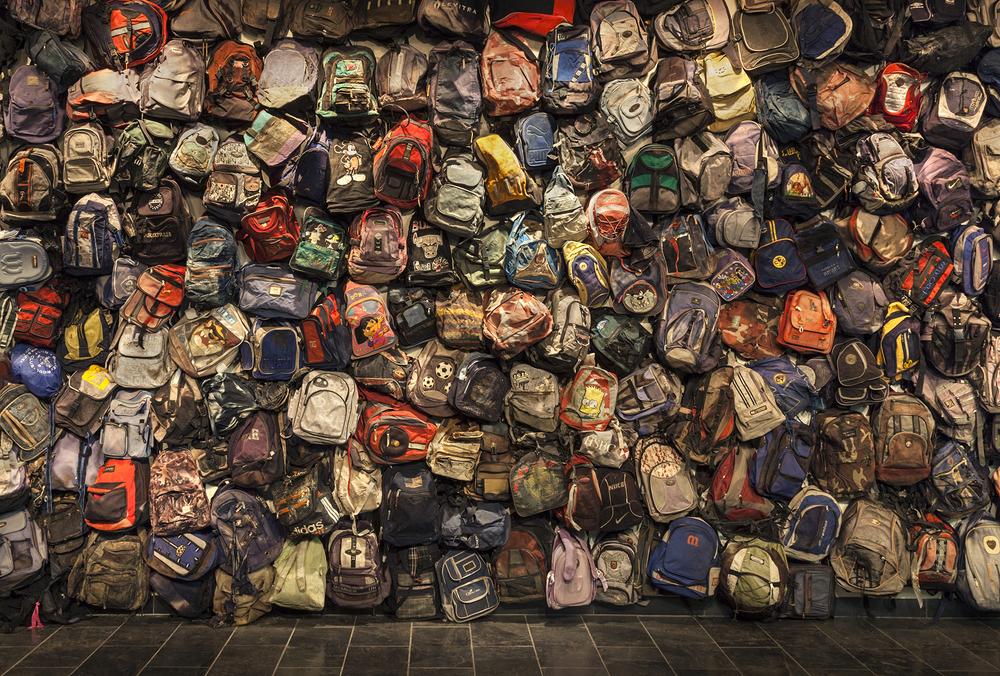 State of Exception: Exposición incluyó este mural de mochilas. Crédito de foto: Richard Barnes.