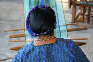 Una mujer maya teje en un telar tradicional en una comunidad cerca del lago Atitlan, Guatemala en el 2007.