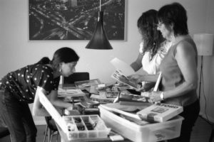 Estudiante de la UIC Elena Gutierrez, Nancy De Los Santos, y Maria Cotera procesan fotos después de una entrevista para el proyecto Chicana por mi Raza Project en Los Angeles, 2014. Crédito de foto: Ernesto Chavez