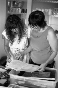 María Cotera (izq.) y Nancy De procesan fotos después de una entrevista para el proyecto Chicana por mi Raza Project en Los Ángeles, 2014. Crédito de foto: Ernesto Chavez