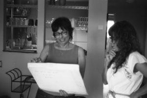 Nancy De Los Santos (izq.) y María Cotera procesan fotos después de una entrevista para el proyecto Chicana por mi Raza Project en Los Ángeles, 2014. Crédito de foto: Ernesto Chavez