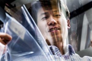 L. Jay Guo, profesor de Ingeniería Eléctrica e Informática en la Universidad de Michigan, muestra la más delgada, suave capa de plata que puede sobrevivir a la exposición al aire. Guo y su equipo desarrolló la película que podría cambiar la forma en que las pantallas táctiles y planas son hechas. Foto: Joseph Xu / Michigan Ingeniería Multimedia Content Producer, Universidad de Michigan - Facultad de Ingeniería