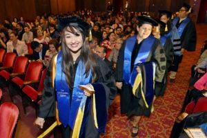 Graduados entran al escenario de la Celebración Latina 2017