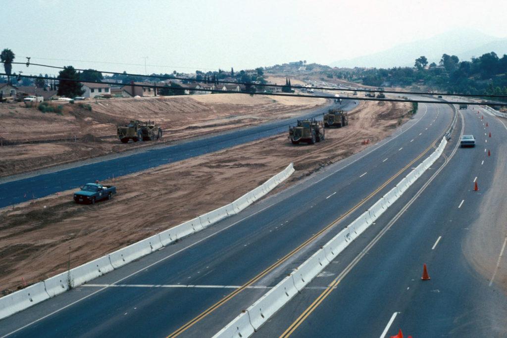 Ruta 54 mirando hacia el este. La berma de sonido compuesta de los depósitos del Pleistoceno restantes encontrados en el sitio Cerutti se encuentra a la izquierda. Museo de Historia Natural de San Diego, april 1993