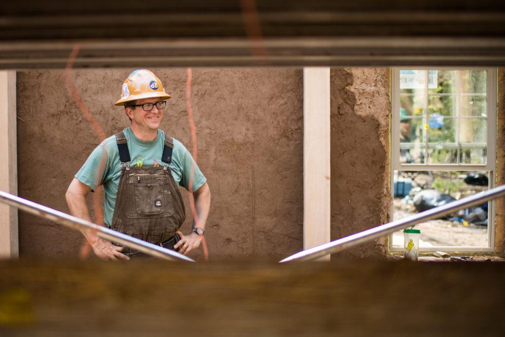Joe Trumpey utilizó su experiencia para diseñar la construcción del edificio de paja.