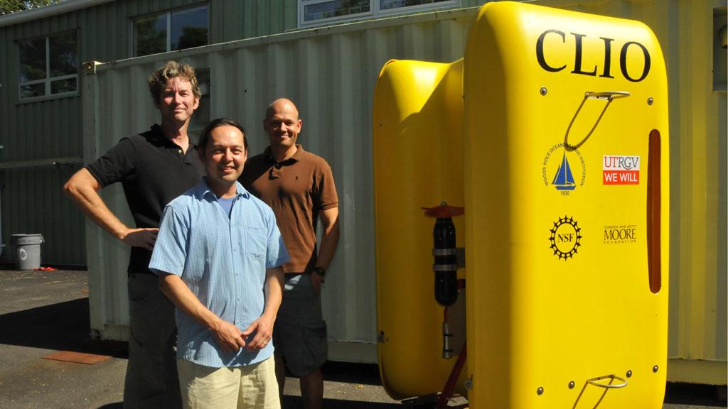 Los ingenieros del Woods Hole Oceanographic Institution Mike Jakuba (izquierda) y Daniel Gomez-Ibáñez (derecha) dan los toques finales a Clio antes de cerrar el vehículo e ir a las pruebas en la costa de Nueva Inglaterra. Fotografía de Ken Kostel, WHOI