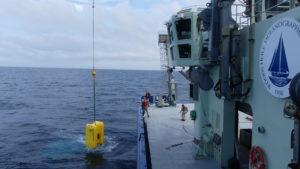 La tripulación a bordo del R/V Neil Armstrong baja al Clio para las pruebas en el mar. Durante la expedición, Clio completó cinco inmersiones, incluyendo dos inmersiones a 2.000 metros (1,2 millas) y filtró más de 1.000 litros (264 galones) de agua de mar de nueve diferentes profundidades. Fotografía de: Mak Saito, Woods Hole Oceanographic Institution
