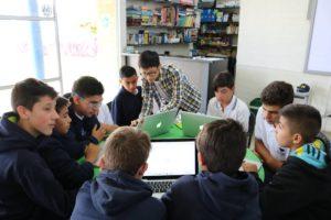 El estudiante de la Universidad de Michigan Lawrence Teng trabaja con estudiantes del Colegio Sagrado Corazón en Medellín, Colombia, a través del programa UTK este verano.