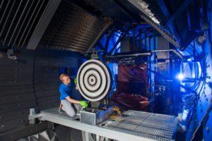 Scott Hall hace algunos ajustes finales en el propulsor antes de que comience la prueba. Crédito de la imagen: NASA