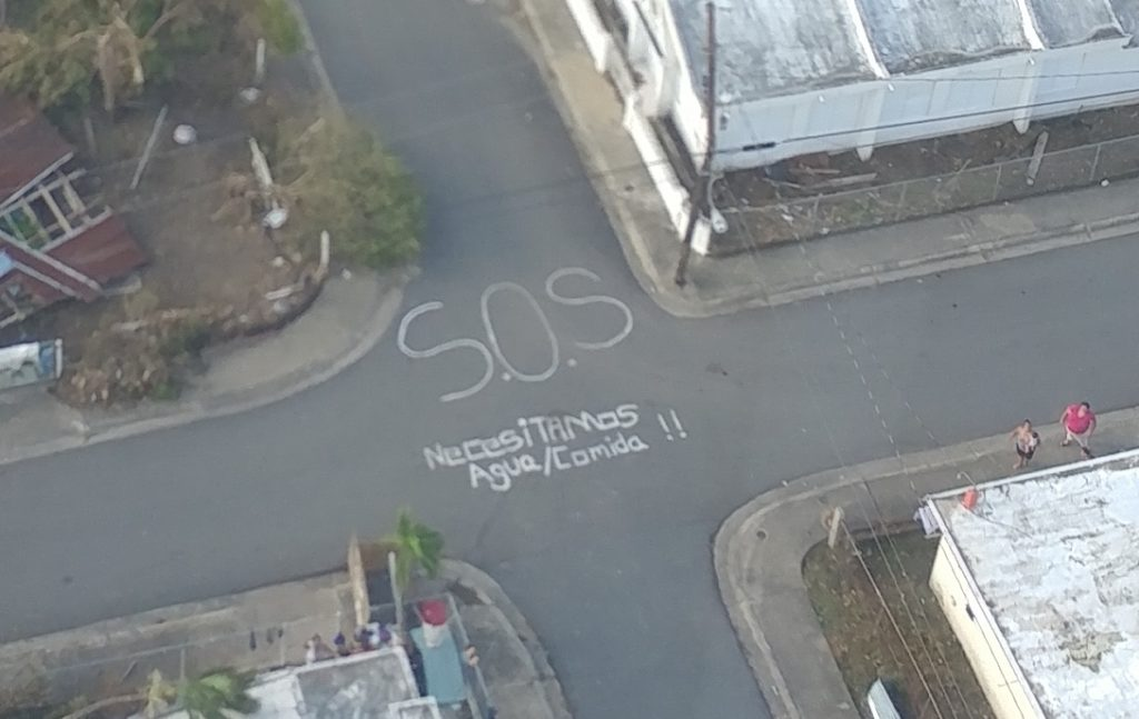 Residentes de Punta Santiago usaron tiza para escribir en la calle un mensaje pidiendo ayuda después de la tormenta. Crédito de foto: Angelina Ruiz Lambides, Centro de Investigación de Primates del Caribe.