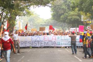 San Cristobal, Venezuela. Grupos se opositores del presidente venezolano Nicolás Maduro se reunen en San Cristobal, Tachira Stete, Venezuela, en una marcha el 14 de Marzo, 2014. La gente, con banderas, signos y en medio del humo de llantas quemadas, esperan al reportero de CNN en Español Fernando Del Rincón que ha estado cubriendo la crisis en Venezuela desde que las protestas comenzaran un mes antes. @Copyrighted Getty Images.