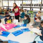 La maestra Patricia Valenzuela habla con estudiantes acerca de las diferentes tradiciones de fin de año celebrada en los países de habla hispana en el último día de clases en la escuela de español En Nuestra Lengua.