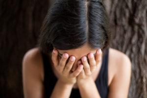 Una joven hispana parece deprimida.