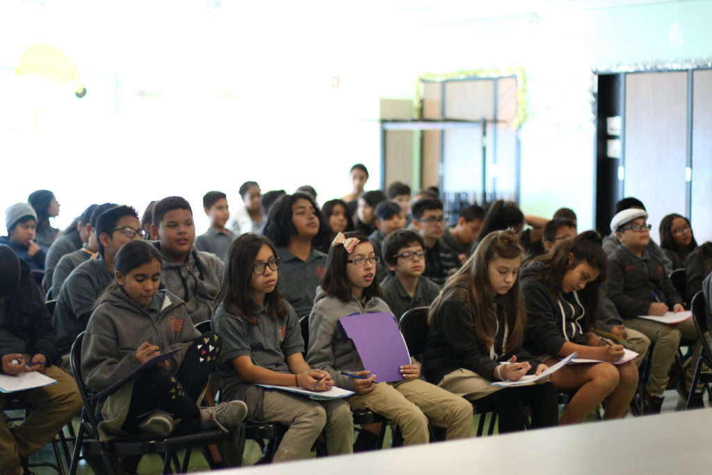 Estudiantes de Camino Nuevo Charter Academy, en Los Ángeles, participan en un taller sobre cómo utilizar narrativa personal en ficción con la antropóloga de Universidad de Michigan Ruth Behar.