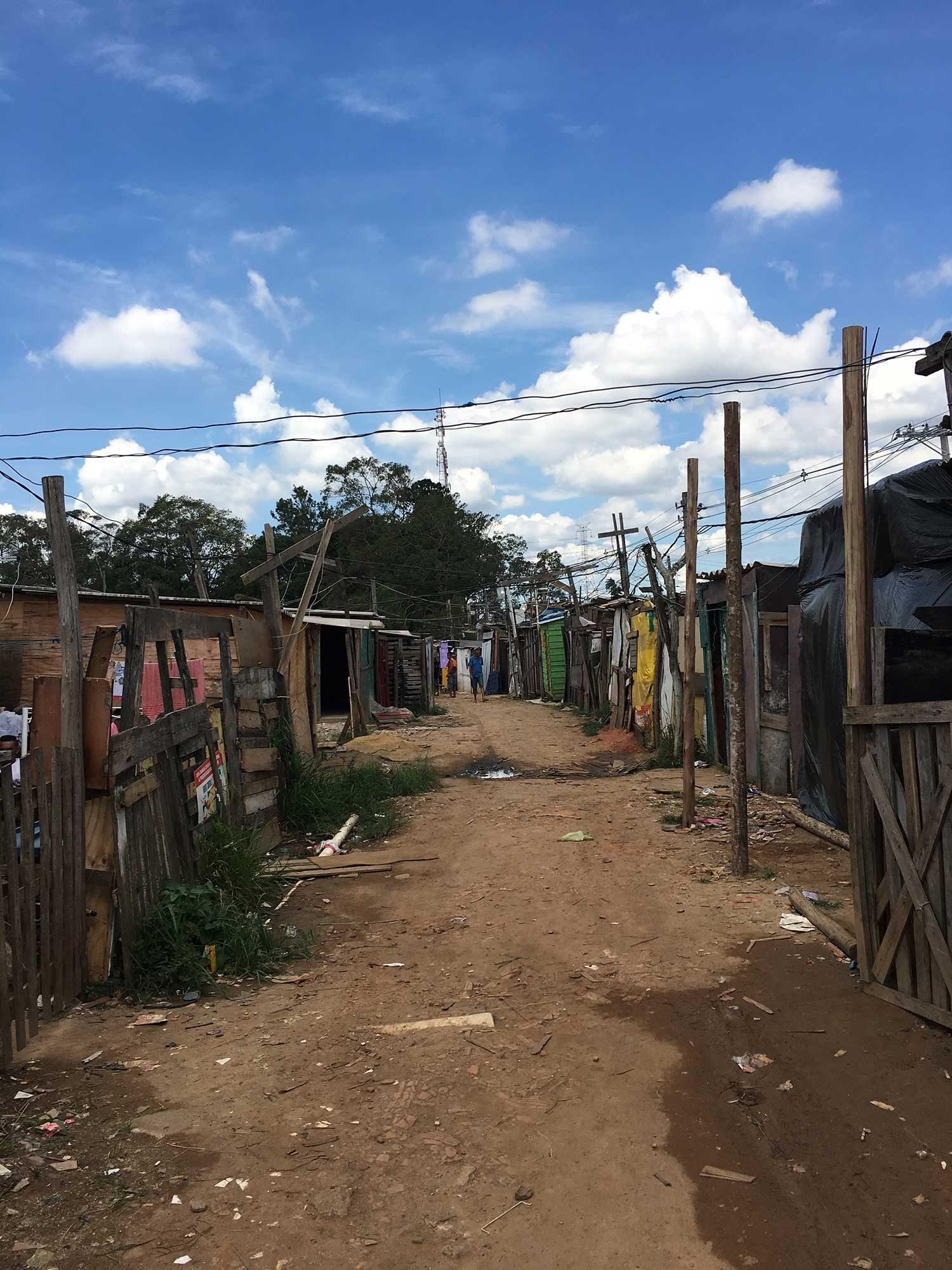 Estudiantes de Universidad de Michigan trabajaron con miembros de la comunidad en la Ocupacão Anchieta, en Sao Paulo, Brasil. Crédito de foto: Bruno Kelly y equipo Ocupação Anchieta Avança