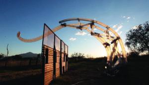Cruza fronteras cerca de Naco, Arizona. Cortesía de Chico MacMurtrie/Amorphic Robot Works (ARW)