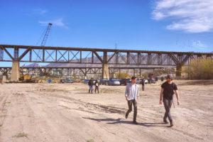 Los estudiantes fueron acompañados por la facultad de la Universidad de Texas para visitar el sitio histórico de fundición de ASARCO, ubicado en la frontera de Nuevo México, Texas y México, para estudiar posibles propuestas de diseño para este sitio. Foto de Shane Donnelly, Taubman College of Architecture and Urban Planning.