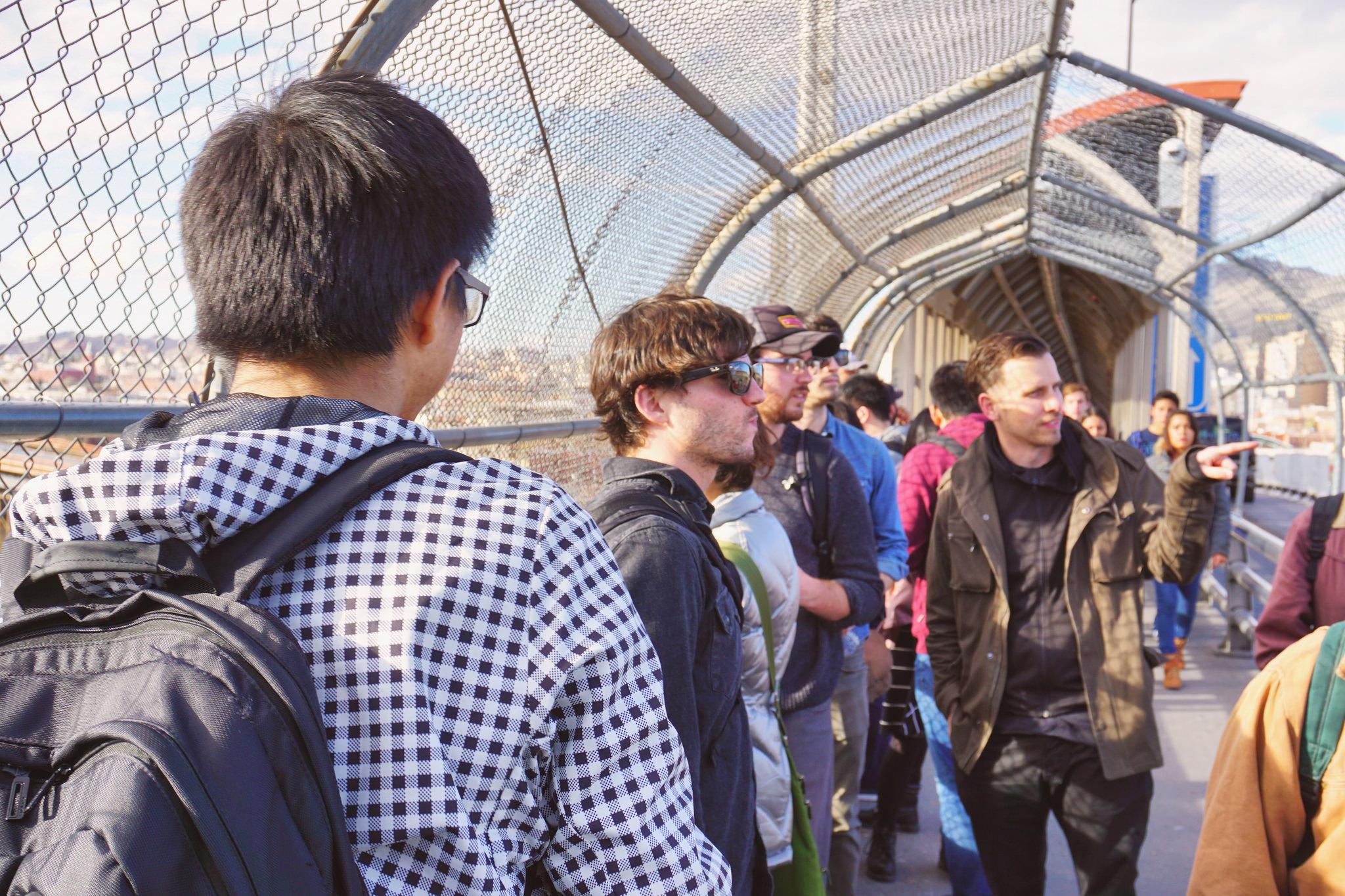 Los estudiantes cruzan el puente internacional hacia Juárez. Foto de Shane Donnelly, Taubman College of Architecture and Urban Planning.