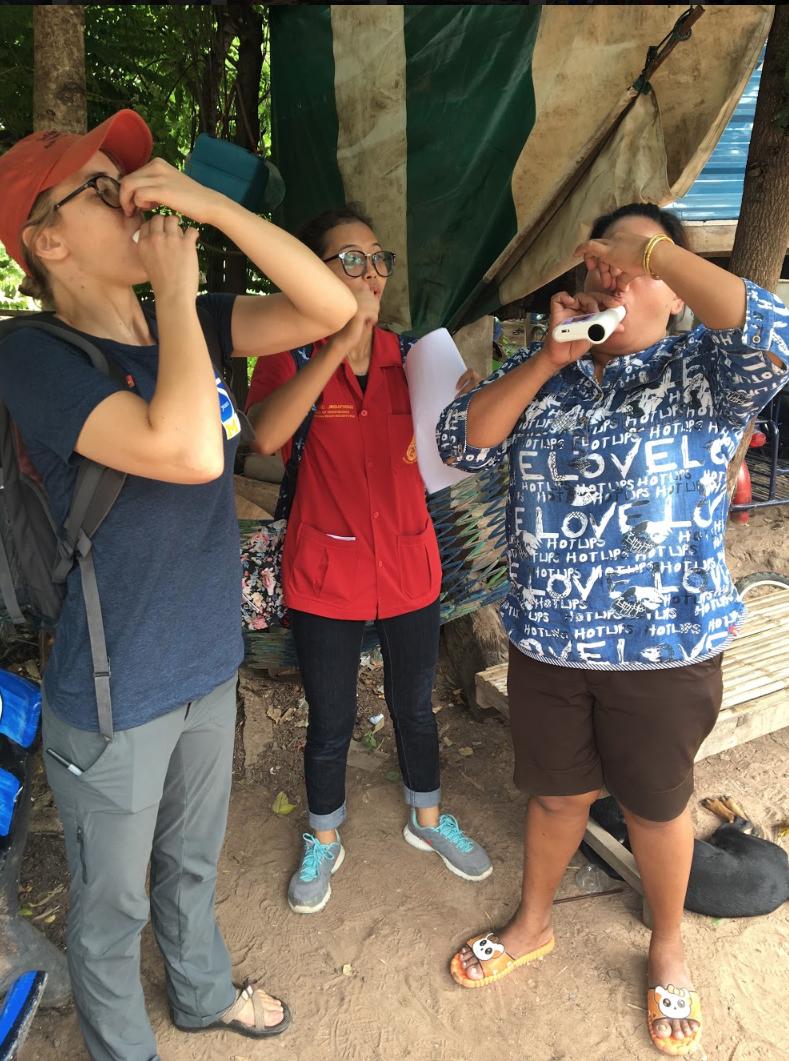Miembros del equipo de investigación demuestran cómo completar el test respiratorio. Crédito de imagen: Exposure Research Lab