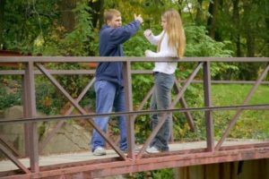 Dos adolescentes que juegan en un puente.