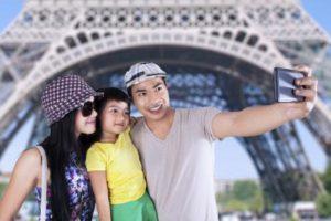 Una familia se toma un selfie.