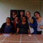 Las estudiantes y profesores posan para una foto en el Centro de Artes de la Comunidad Zegache. Crédito de imagen: Mona McKinstry.