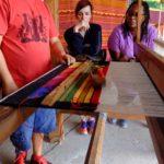 Las profesoras Holly Hughes y Anita González observan una demostración de tejido en Teotitlán del Valle. Crédito de imagen: Mona McKinstry.
