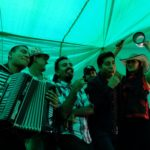 La China Sonidera, una banda de música cumbia, durante una presentación en la tienda de Doña Tere situada en el Mercado de Abastos. Crédito de imagen: Mona McKinstry.