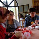 Profesora Holly Hughes, Jocelyn Aptowitz, y Carolyn Gennari pintan con témperas en el Centro de Artes de la Comunidad Zegache. Crédito de imagen: Mona McKinstry.