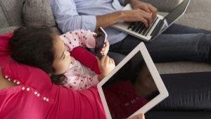 Padres enchufados: El uso de tecnología puede causar tensión en la familia