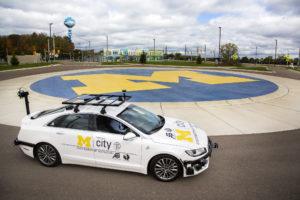 Un vehículo de auto conducción en MCity de Universidad de Michigan.
