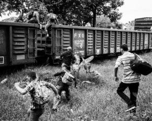 Migrantes en Chiapas, México, intentan subirse a 'La Bestia'. Crédito: Jason De León.