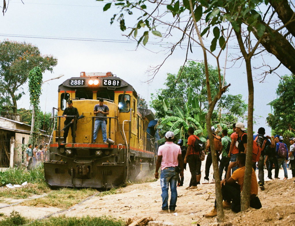 A sólo cuatro millas, pero en un mundo distante de las ruinas mayas, la pequeña ciudad de Pakal-Na se ha convertido en una de las entradas principales para migrantes centroamericanos tratando de llegar a los EE.UU. Crédito de imagen: Jason De León.