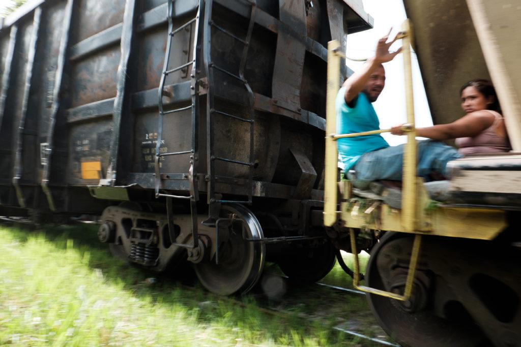 Migrantes se dirigen al norte en el tren desde Chiapas, México, cerca de la frontera con Guatemala. Crédito de la imagen: Jason De León.