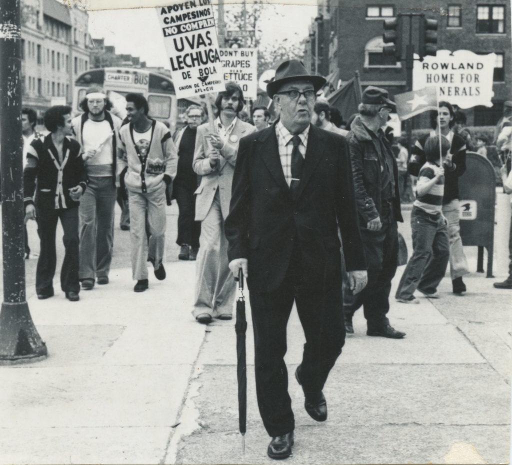 Protestantes marchan con letreros llamando a boicotear uvas y lechuga. Circa 1975. Crédito de foto: Nancy De Los Santos